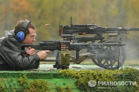 Дмитриј Медведев са оружјем