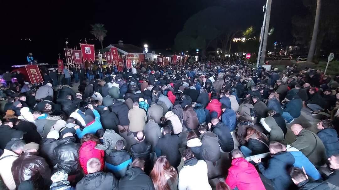 Више хиљада грађана Герцег Новог у кољенопреклоној молитви