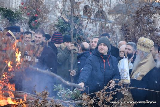 Освештани бадњаци пред Цетињским манастиром: Да нам засија свјетлост Божанског разума