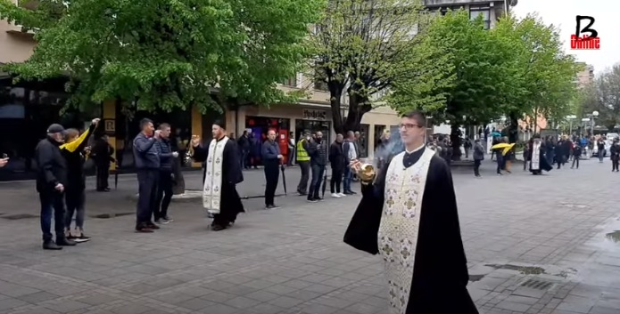 """Sveštenstvo manastira Đurđevi stupovi kadilo ulice Berana, građani uzvikivali """"ne damo svetinje"""""""