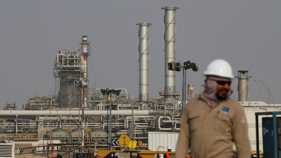 РТ: Саудијски нафтни терминал у пламену након напада беспилотних летелица Хутија