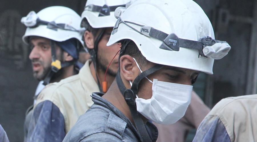 """РТ: Члан """"Белих шлемова"""" снимљен како премешта обезглављена тела сиријских војника"""