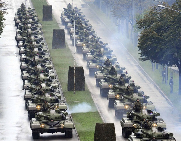 Pred Putinom 100 tenkova i nove rakete