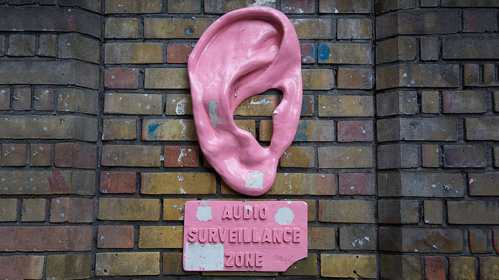 """РТ: Мобилни телефони су несигурни јер """"зидови имају уши"""" - директор Спољне обавештајне службе Русије"""