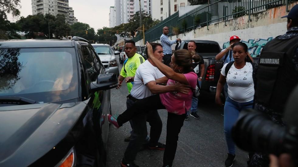 """РТ: """"Каква је ово диктатура?"""": Полиција Венецуеле штити вођу државног удара"""