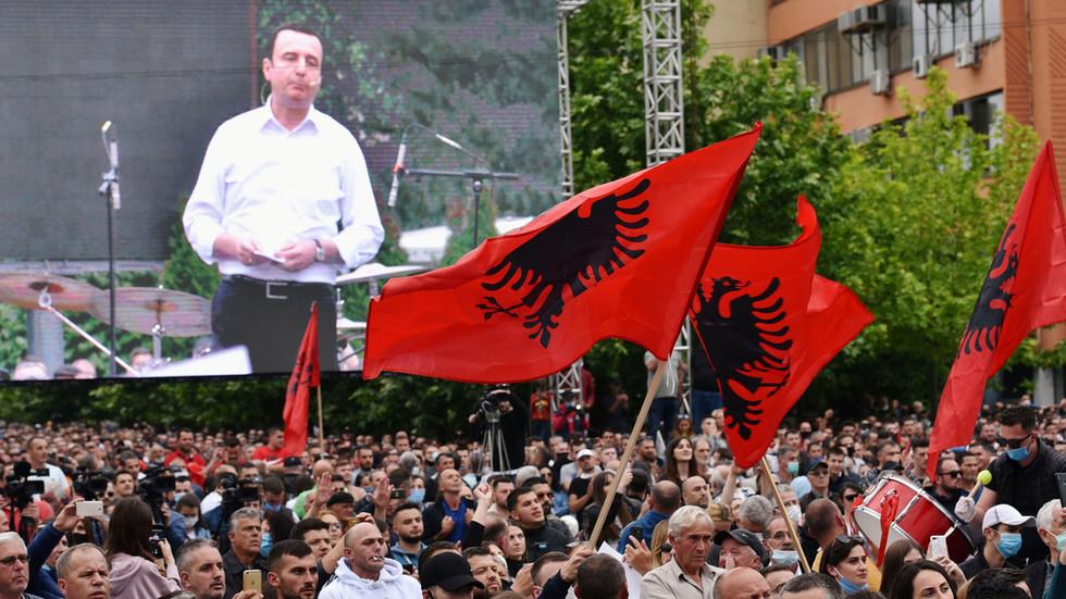 РТ: Да ли и он жели статуу? Трамп организује преговоре Београда и Приштине  на злосутну годишњицу