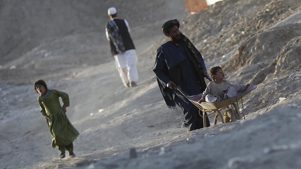 """РТ: Замрзавање средстава Авганистана и фондова помоћи могли би """"бацити милионе у сиромаштво"""" и изазвати """"огромну"""" избегличку кризу, упозорава изасланик УН-а"""