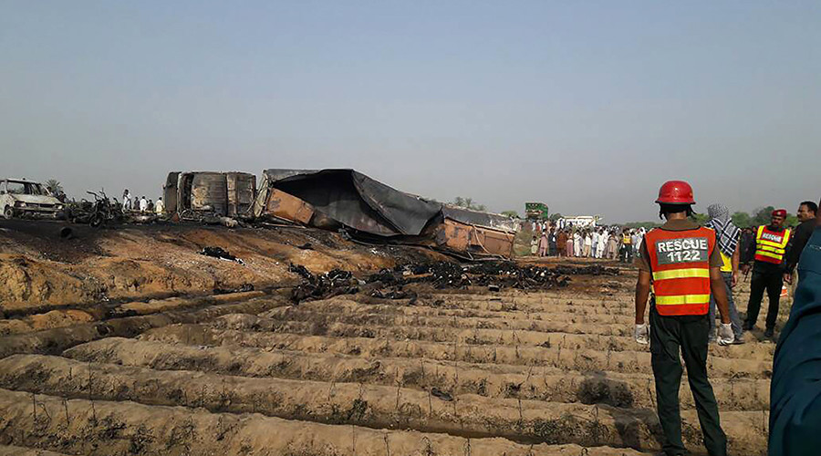 Више од 100 људи изгубило живот у несрећи у Пакистану