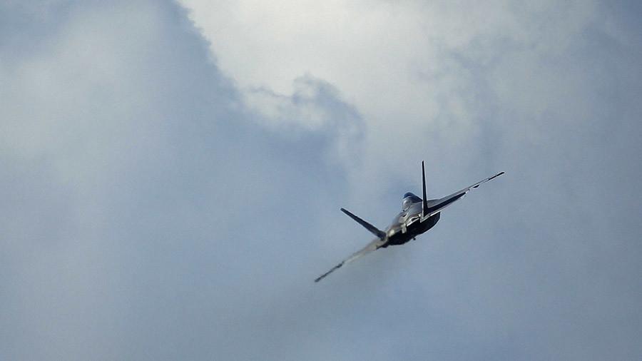 """РТ: Коалиција САД врши """"одбрамбене"""" ваздушне нападе против снага Сирије"""