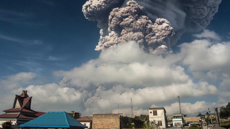 РТ: Вулкан избацио огромни облак пепела изнад Суматре