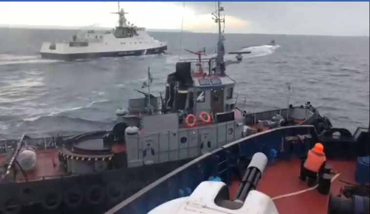 Momenat udara ruskog u ukrajinski vojni brod danas u Kerčskom moreuzu