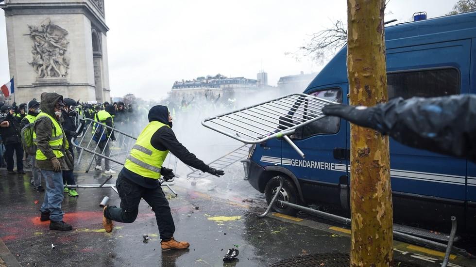 RT: Vojska na putu za Pariz? Oklopna vozila angažovana pred protest