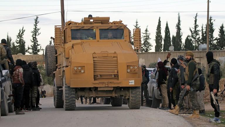 РТ: Амерички хеликоптери уочени изнад Манбиџа док турске снаге улазе у Сирију