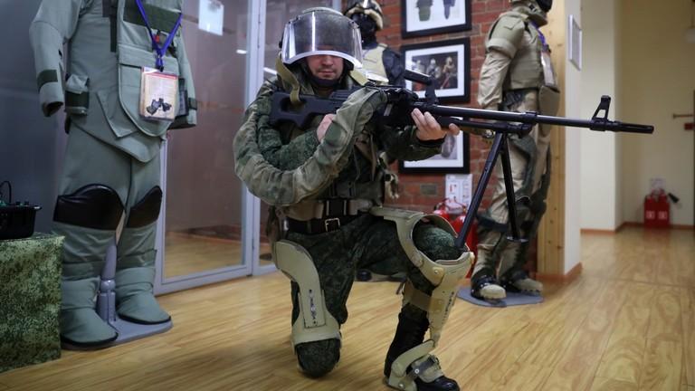 """РТ: """"Носио 35 kg сатима и једва да је уморан"""": Нове фотографије руског војног егзоскелета"""