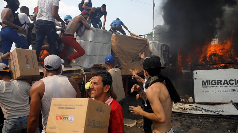 РТ: Опозиција коју подржавају САД снимљена како баца Молотовљев коктеле на камион на граници са Венецуелом