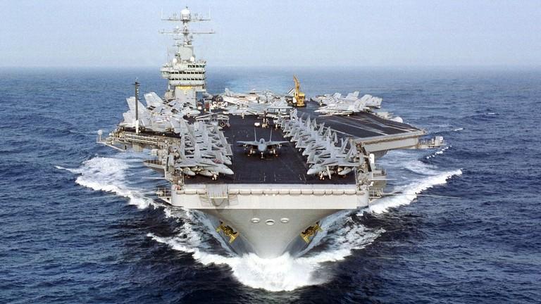 РТ: Ирански дрон снимио амерички носача авиона у крупном плану ... и отишао