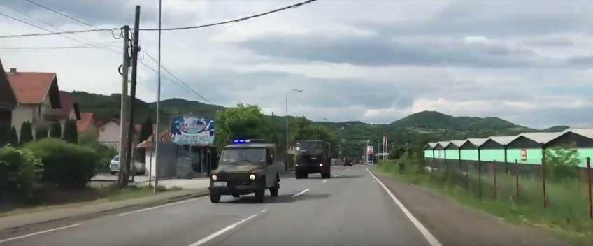 Колона Војске Србије која је изашла из касарне у Краљеву током тензија на Косову