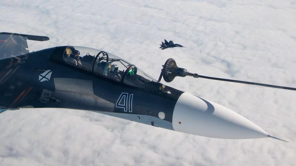 РТ: Пуњење горива два руска авиона погледом из кокпита