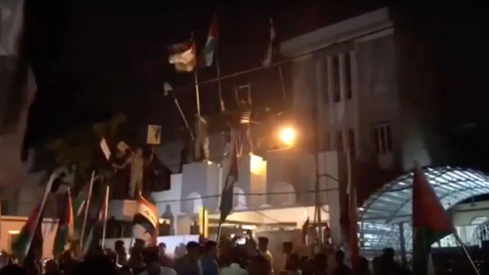 """РТ: Демонстранти у Ираку упали у амбасаду Бахреина, палећи америчке и израелске заставе у знак протеста """"споразума века"""""""