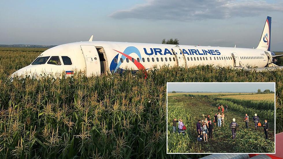 РТ: Након удара у јато птица руски авион слетео без точкова у кукурузно поље
