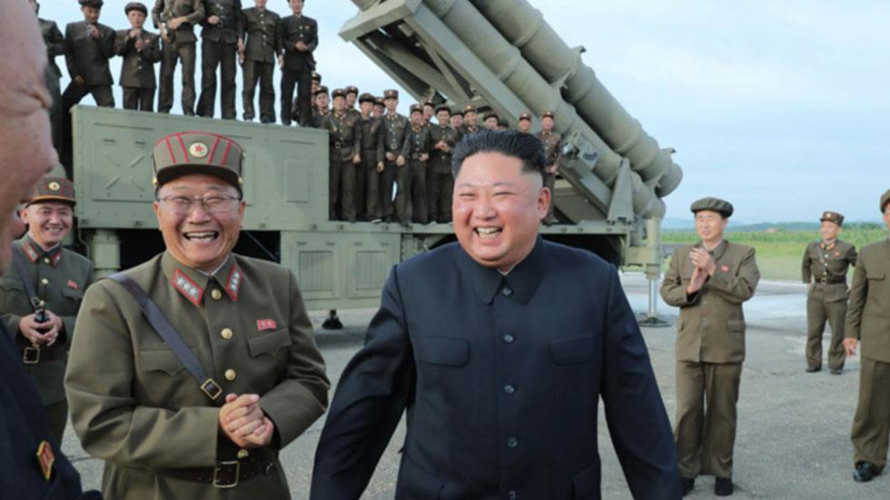 """РТ: Воли пројектиле! Насмејани Ким тестирао """"супер велики вишецевни бацач ракета"""""""