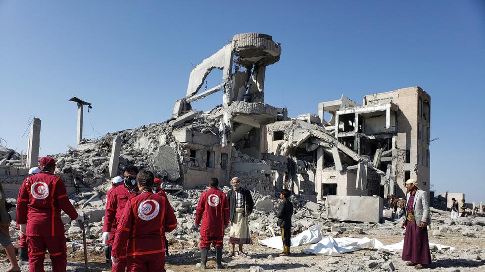 РТ: У нападу коалиције Саудијске Арабије на затвор у Јемену погинуло најмање 100 људи - Црвени крст