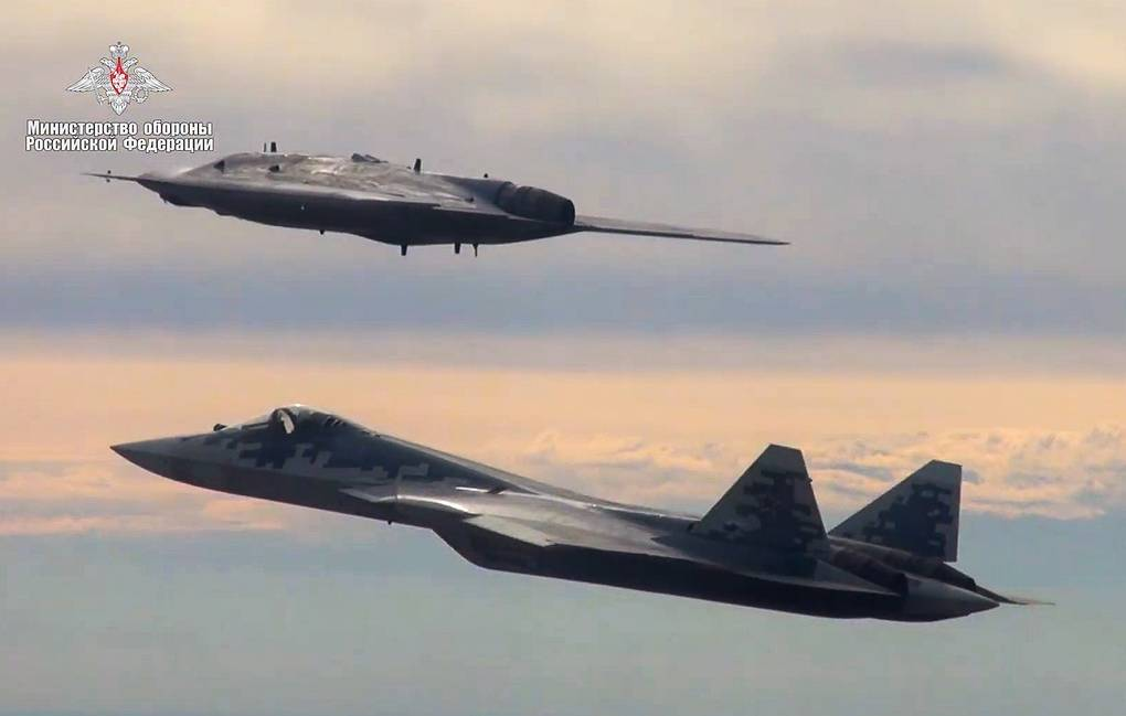 """Тешки ударни дрон """"Охотник"""" извео први заједнички лет са авионом Су-57"""