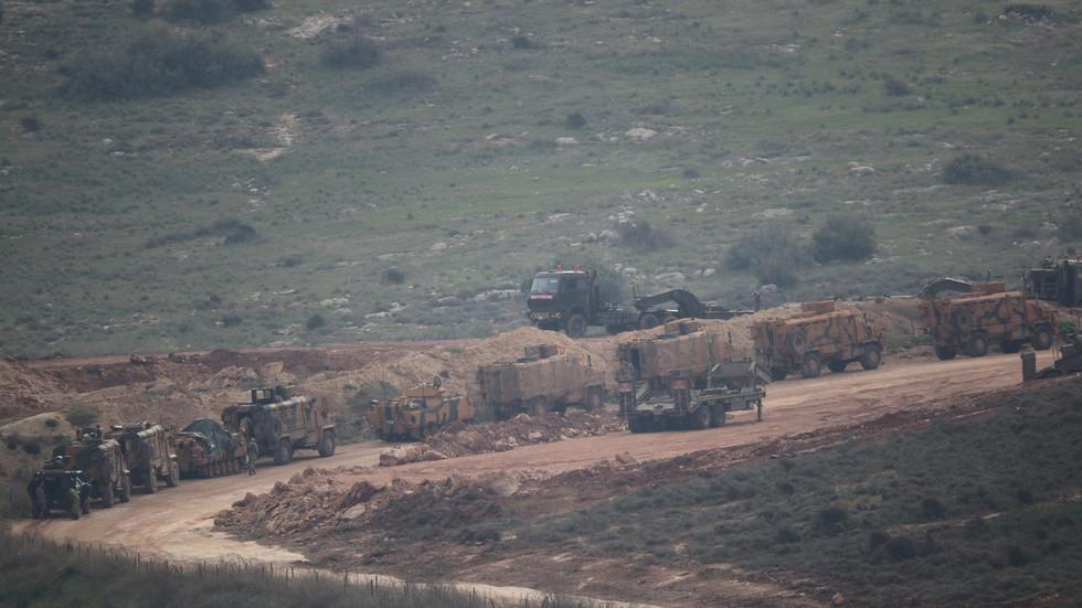 РТ: Турске снаге се гомилају на сиријској граници након што је Ердоган најавио војну операцију