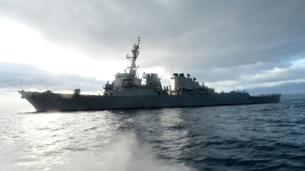 РТ: Руски ратни брод прати амерички разарач у Црном мору