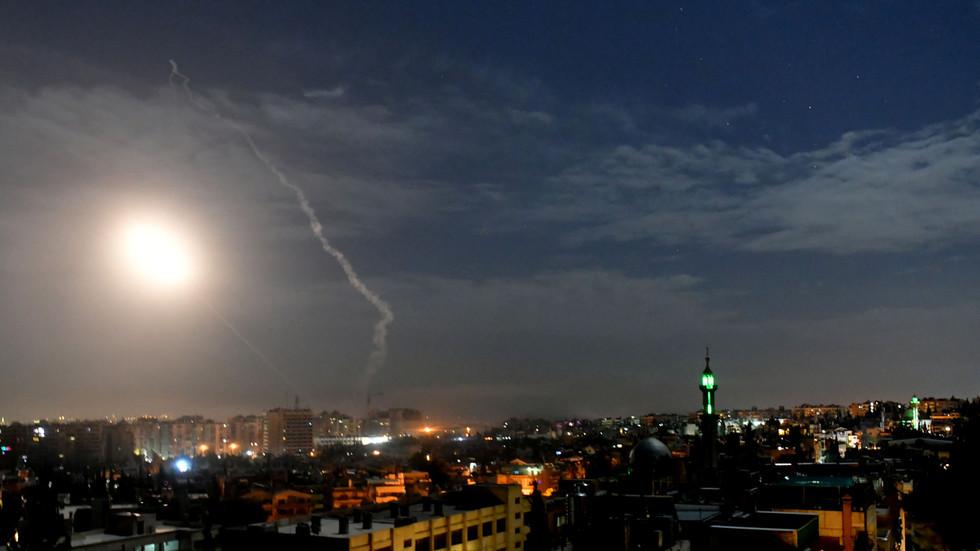 """РТ: Сиријска ПВО пресрела бројне """"непријатељске пројектиле"""" изнад Дамаска"""