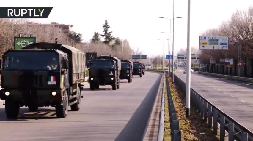 RT: Italijanska vojska transportuju tela žrtava virusa u manje pogođene regione dok medicinari odlučuju ko će prvi dobiti pomoć u improvizovanim šatorima