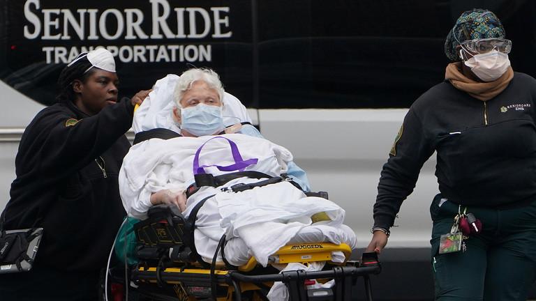 РТ: Број смртних случајева у САД-у прешао 1000, док земља чека пакет помоћи од 2,2 билиона долара