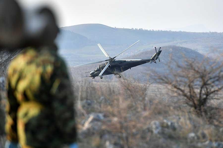 """Posade helikoptera Mi-35 na poligonu """"Pasuljanske livade"""" izvele gađanje po kopnenim ciljevima"""
