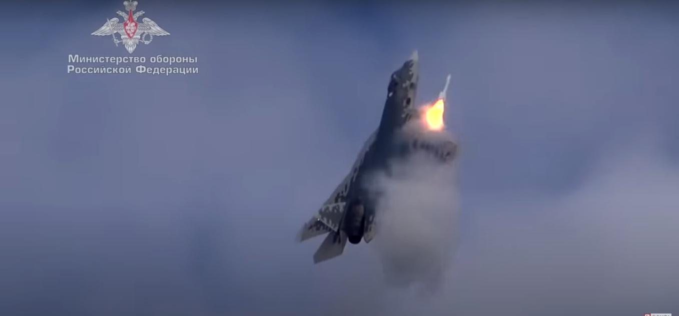 РТ: Испаљивање ракете из Су-57 током вертикалног пењања, док пилоти овладавају новим могућностима авиона