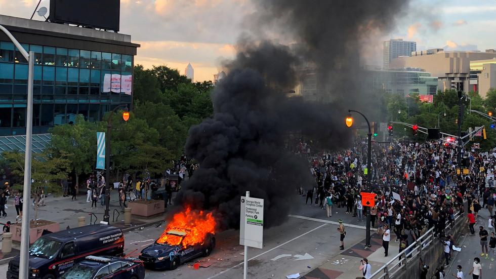 РТ: Џорџија активирала Националну гарду након што су протести у Атланти прерасли у хаос са пљачкама и паљевинама
