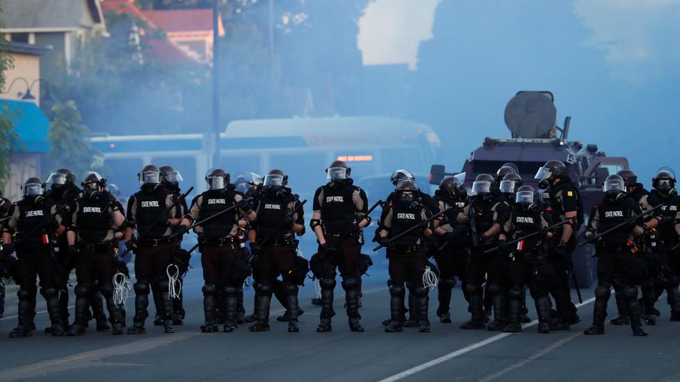 РТ: Анонимуси у видео поруци објавили рат полицији у Минеаполису