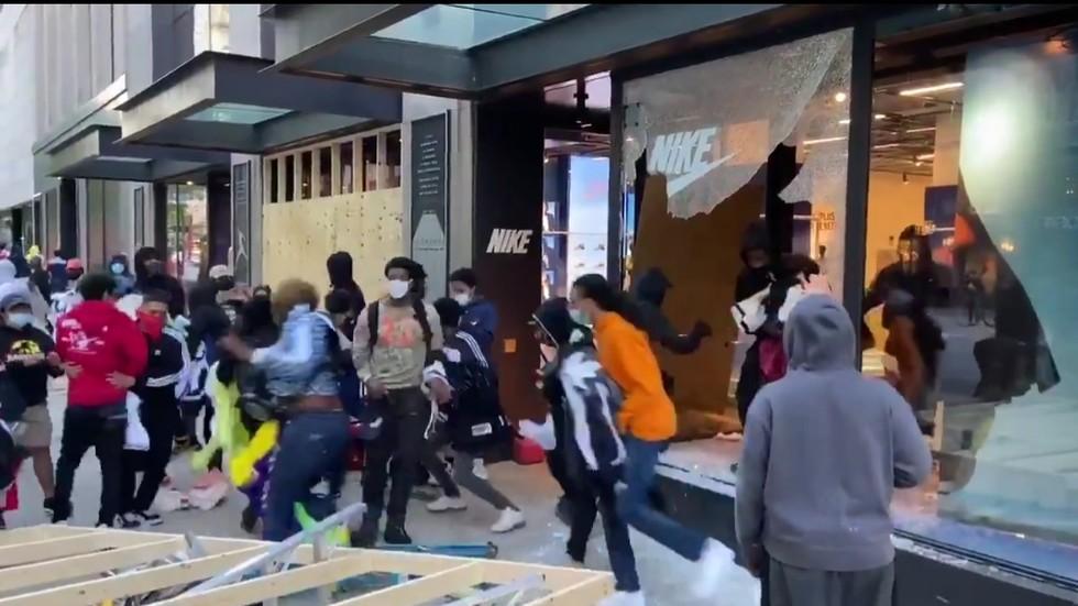 """РТ: Насмејани пљачкаши опустошили продавницу """"Најк"""" у Чикагу за минут"""