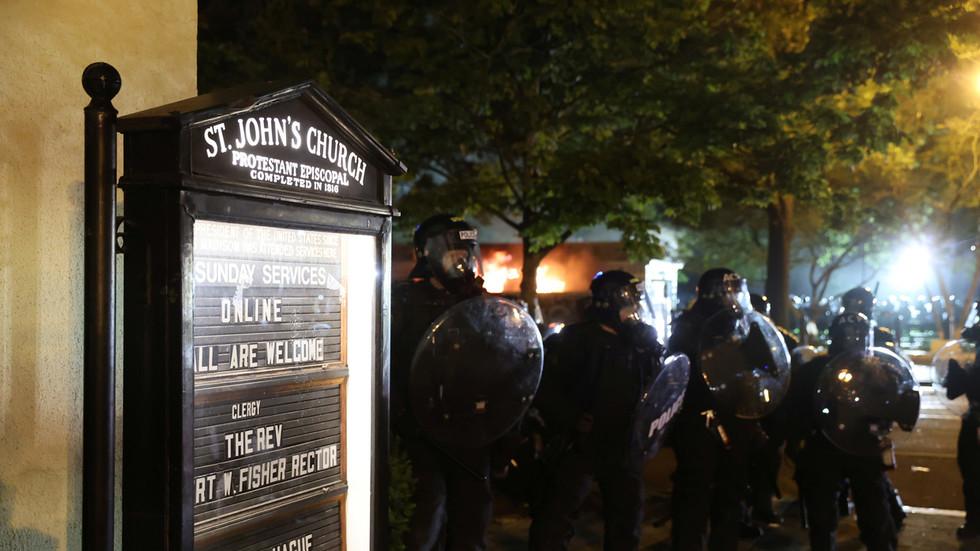 РТ: Запаљена црква код Бењле куће док протести ескалирају у Вашингтону