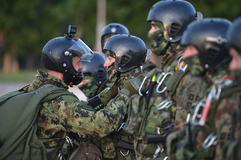 Припадници 63. падобранске бригаде извели ноћни скок са 4500 метара