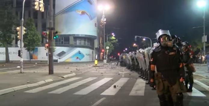 Povređeno najmanje 19 osoba tokom nereda ispred Skupštine, više od 70 uhapšenih