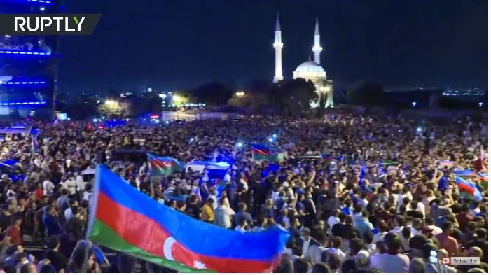 RT: Azerbejdžanska policija rasterala demonstrante koji su napali parlament zahtevajući mobilizaciju protiv Jermenije usred eskalacije sukoba