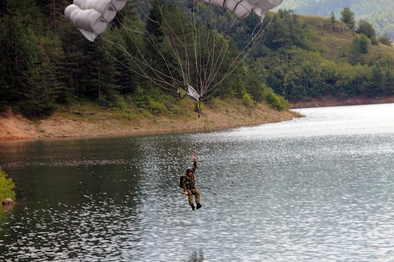 Припадници 63. Падобранске бригаде извели скок на воду