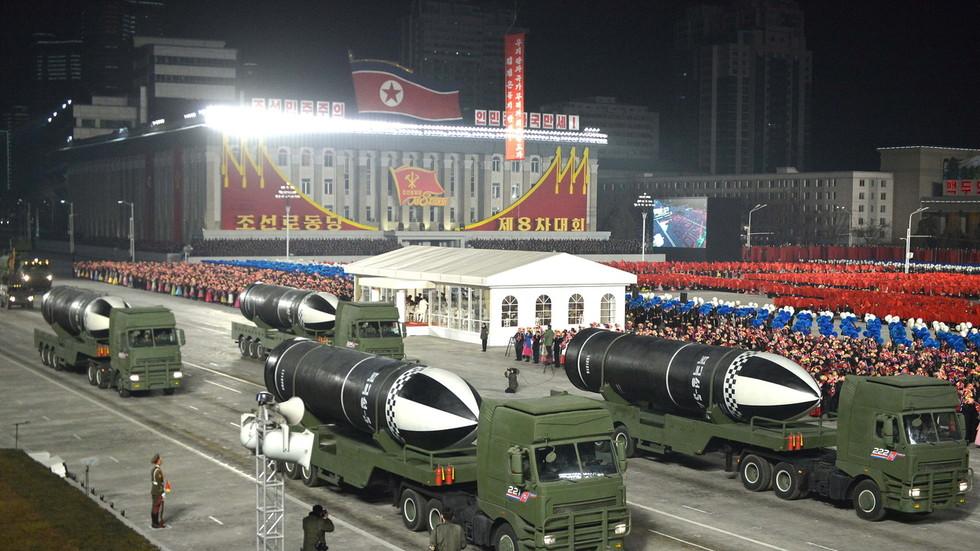 """РТ: Северна Кореја на војној паради представила """"најмоћније оружје на свету"""""""