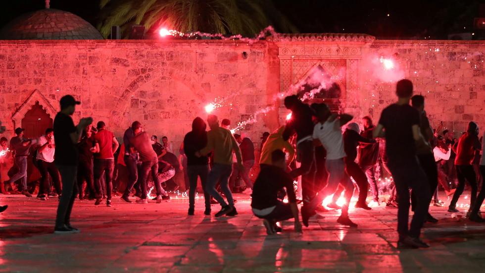 RT: Preko 200 povređenih u sukobu Palestinaca i izraelske policije u blizini džamije Al-Aksa u Jerusalimu