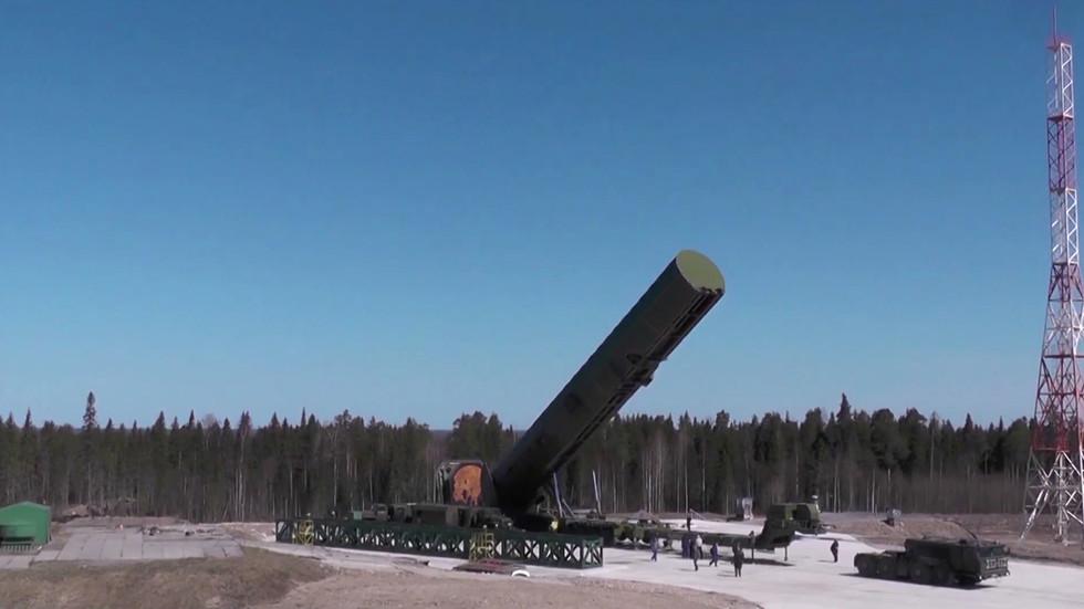 """РТ: Нова руска ракета ступа на борбену дужност следеће године: """"Сармат"""" од 208 тона може да носи 16 бојевих глава са дометом од 18.000 км"""