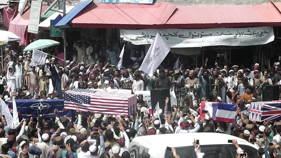 "РТ: Талибани ""сахранили"" НАТО и САД, провозали се америчким хеликоптером и показали плен на аеродрому у Кабулу"