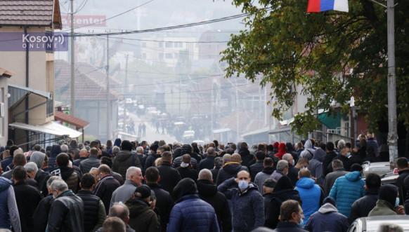 Сузавац и шок бомбе у Северној Митровици, чују се сирене за узбуну