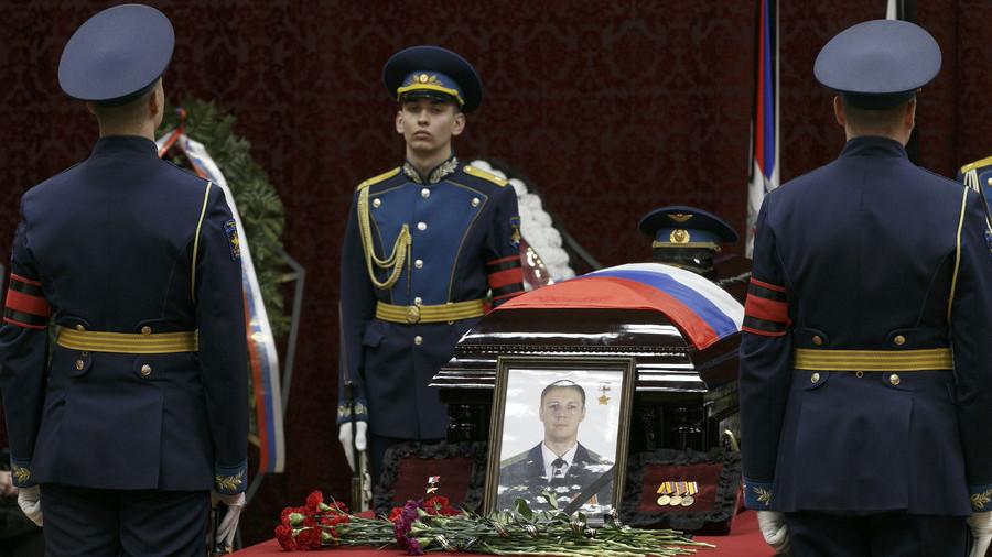 """РТ: """"Да ли бих био довољно храбар?"""" Амерички ветеран поздравља храброст погинулог руског пилота и нуди помоћ породици"""
