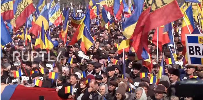 Више од 10.000 људи на митингу за уједињењу Молдавије и Румуније
