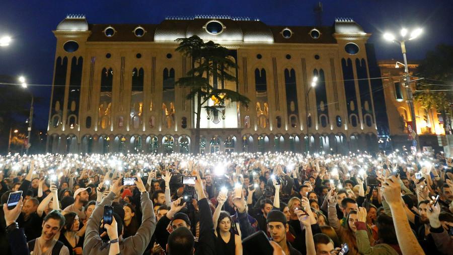 РТ: Рејв револуција - демонстранти захтевају смену премијера Грузије због рација у ноћним клубовима